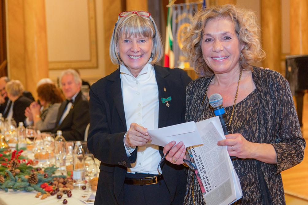 Cosegna del contributo  finanziario del Rotary  a Daniela Luchetta presidente della Associazione