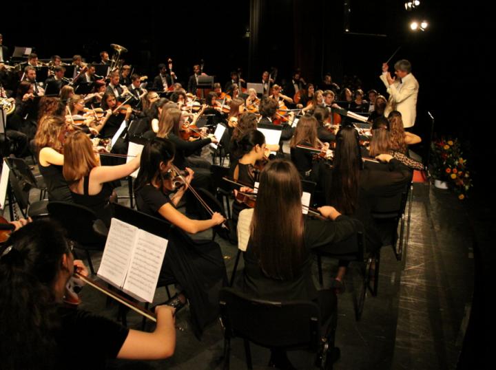 Il maestro Romolo Gessi rotariano dirige l'orchestra del Tartini